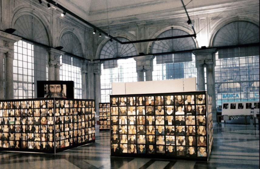 ThousandPeople, la mostra fotografica di Timothu Costa che ritrae mille volti di passanti nel Centro Storico di Genova