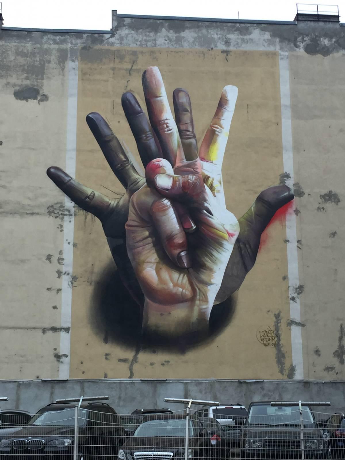 Under the Hand – Case - street art berlino