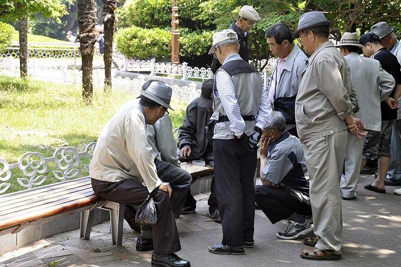 anziani cinesi al parchetto